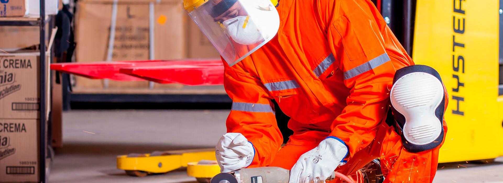 Radnik u zaštitnom odijelu - zaštita na radu
